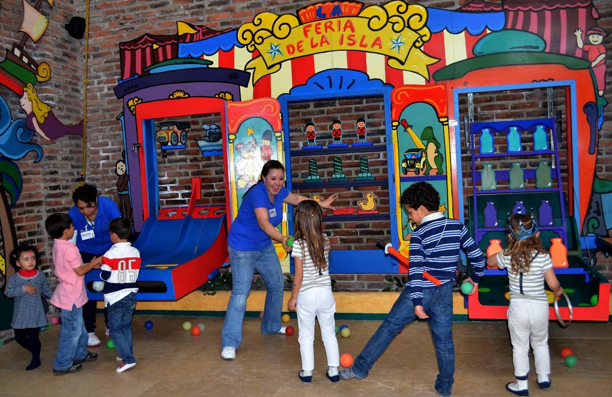 Juego de feria en salón de fiestas infantiles