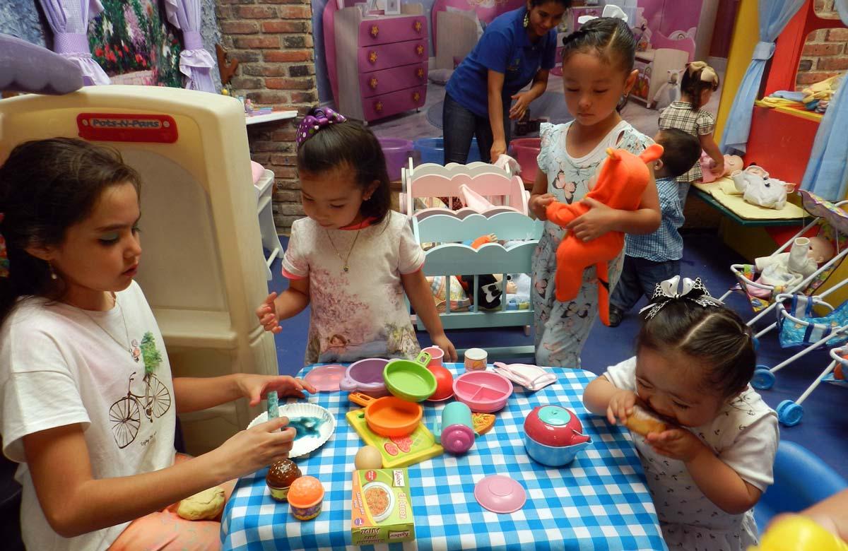 Es una casita de muñecas de tamaño real, los niños juegan con las muñecas como si fueran bebés.