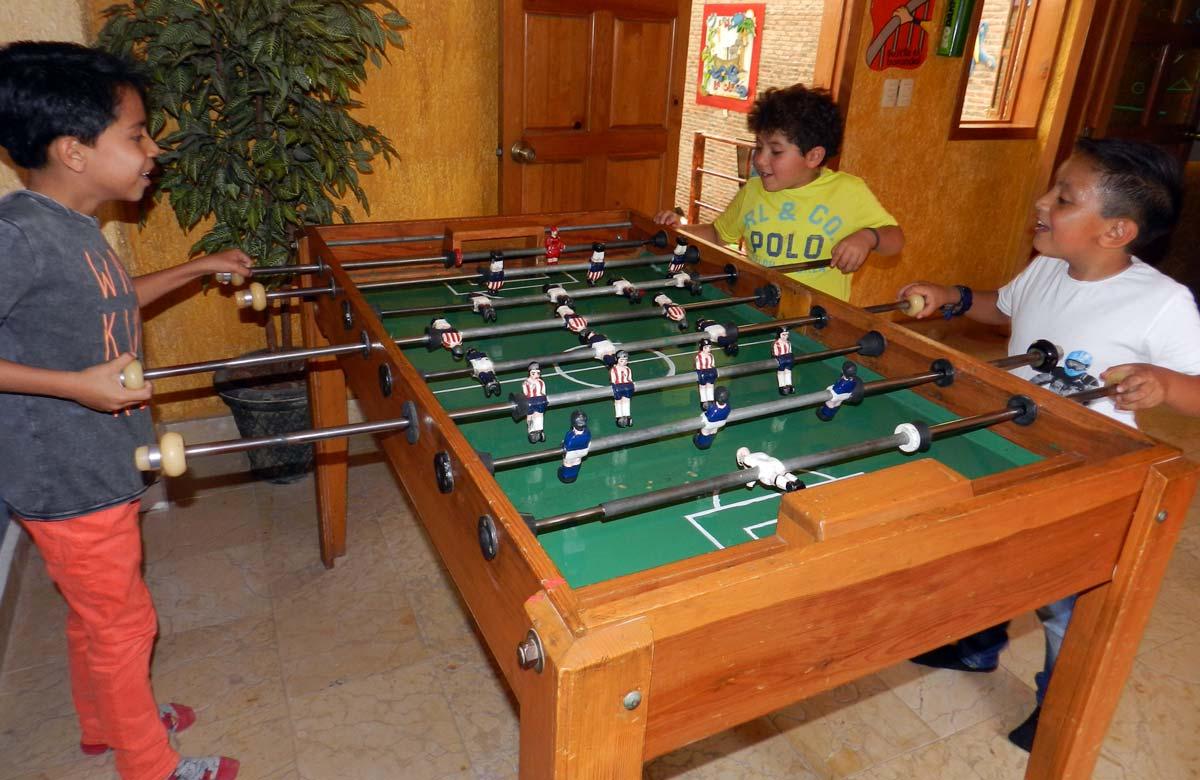 Futbolito en la sala de papás