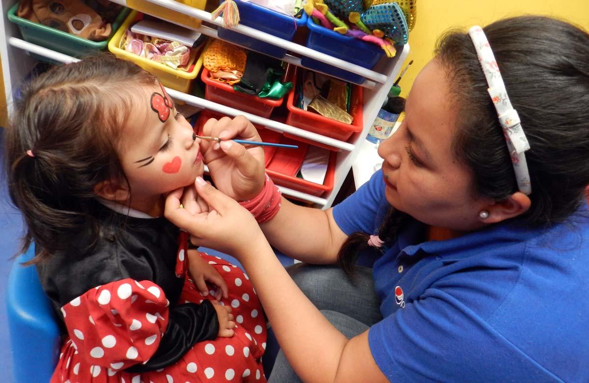 Los niños se disfrazan con ayuda del staff de la Isla de los Cuentos