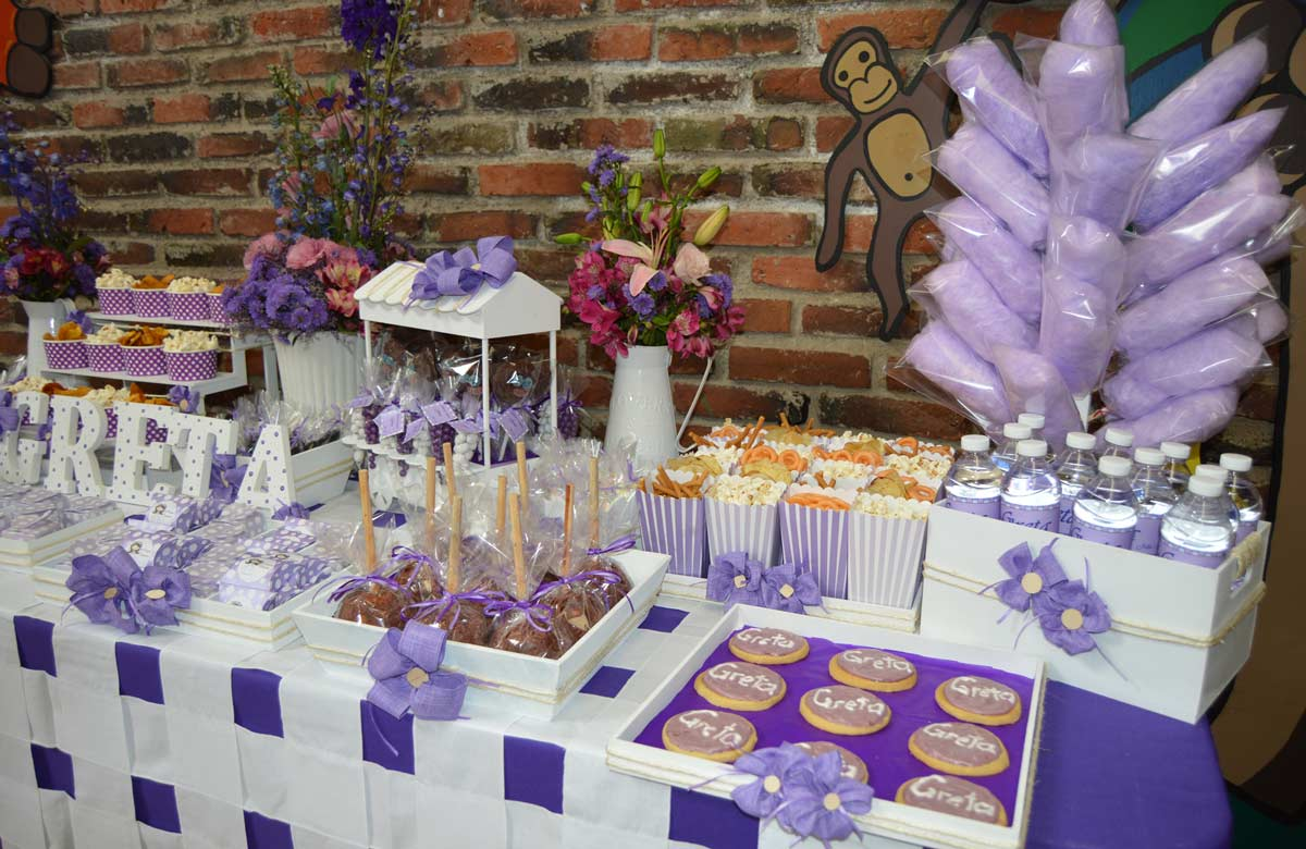 Como servicio adicional puedes solicitar mesas decoradas para los regalos y los dulces de los invitados.