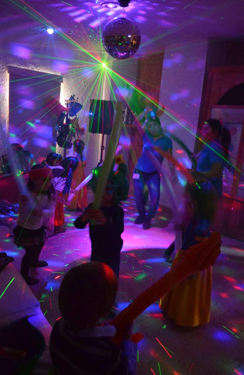 Bailes, disfraces, globos, música y luces en la minidisco.