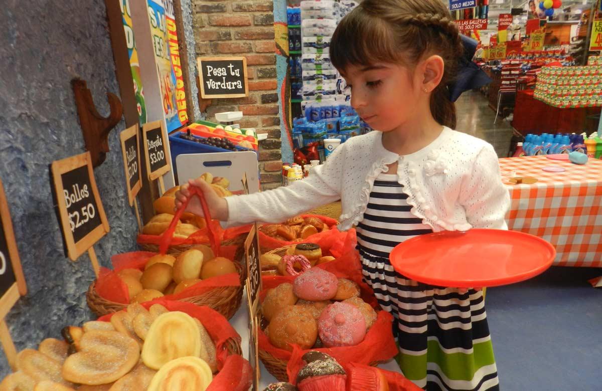 Los niños se divierten jugando a ser grandes, el minisúper incluye una pequeña panadería.