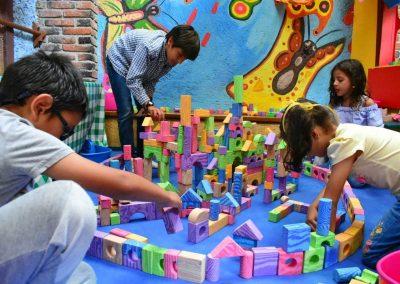 Los niños construyen y hacen concursos